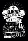 Εγγραφή χεριών με το στίχο Βίβλων είμαι η αναζοωγόνηση και η ζωή στο μαύρο υπόβαθρο απεικόνιση αποθεμάτων