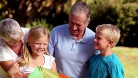Εγγόνια που τρέχουν προς τους παππούδες και γιαγιάδες τους απόθεμα βίντεο