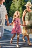 Εγγόνι και παππούδες και γιαγιάδες που κρατούν τα χέρια Στοκ Φωτογραφία