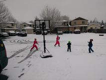 Εγκάρδια πάλη χιονιών μεταξύ των παιδιών στοκ φωτογραφία