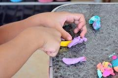 Εγκέφαλος που εκπαιδεύει να αναπτύξει τον εγκέφαλο Και η χρήση των δάχτυλων Στοκ εικόνα με δικαίωμα ελεύθερης χρήσης
