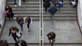 Εγκατάλειψη προς και την είσοδο στον υπόγειο σταθμό τρένου απόθεμα βίντεο