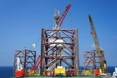Εγκατάσταση γεώτρησης γεώτρησης πετρελαίου γρύλων επάνω παράκτια Στοκ Εικόνες