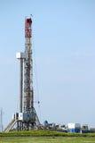 Εγκατάσταση γεώτρησης γεώτρησης πετρελαίου με τον εξοπλισμό Στοκ Φωτογραφίες