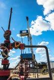 Εγκατάσταση γεώτρησης για τη διάτρυση των φρεατίων πετρελαίου και φυσικού αερίου Στοκ φωτογραφία με δικαίωμα ελεύθερης χρήσης