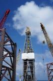 Εγκατάσταση γεώτρησης παράκτιων διατρήσεων γρύλων επάνω με τους γερανούς εγκαταστάσεων γεώτρησης Στοκ εικόνες με δικαίωμα ελεύθερης χρήσης