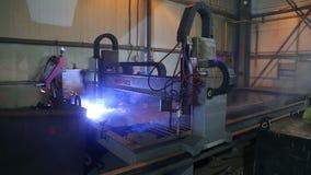 Εγκατάσταση για την κοπή πλάσματος του μετάλλου στις μηχανικές εγκαταστάσεις απόθεμα βίντεο