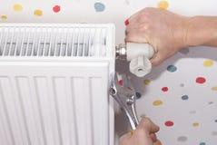 Εγκατάσταση θερμαντικών σωμάτων θέρμανσης στοκ φωτογραφίες με δικαίωμα ελεύθερης χρήσης