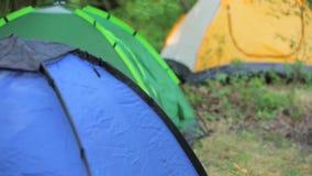 Εγκατάσταση να στρατοπεδεύσει σε ένα δάσος βουνών μέσα φιλμ μικρού μήκους