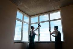 Εγκατάσταση παραθύρων στο νέο κτήριο στοκ φωτογραφία με δικαίωμα ελεύθερης χρήσης