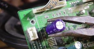 Εγκατάσταση πυκνωτών σε μια κινηματογράφηση σε πρώτο πλάνο μικροκυκλωμάτων φιλμ μικρού μήκους