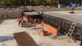 Εγκατάσταση πλινθοκτιστών εργαζομένων κτιστών κατασκευής απόθεμα βίντεο
