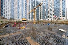 Εγκατάσταση της ενίσχυσης σιδήρου στο εργοτάξιο οικοδομής στοκ εικόνες