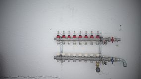 Εγκατάσταση της underfloor θέρμανσης στο νέο χτισμένο σπίτι φιλμ μικρού μήκους