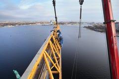Εγκατάσταση του γερανού πύργων στο εργοτάξιο οικοδομής, εργαζόμενοι steepl Στοκ Εικόνες