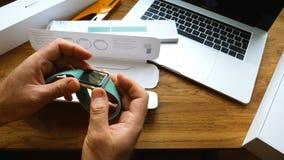 Εγκατάσταση του νέου λουριού στο ρολόι της Apple Στοκ εικόνες με δικαίωμα ελεύθερης χρήσης