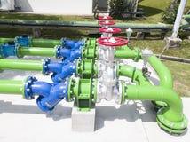 Εγκατάσταση του πράσινου συστήματος υδροσωλήνων στο υδάτινο σύστημα στο εργοστάσιο στοκ εικόνες με δικαίωμα ελεύθερης χρήσης