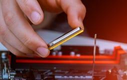 Εγκατάσταση του σύγχρονου επεξεργαστή στην υποδοχή ΚΜΕ στη μητρική κάρτα στοκ φωτογραφίες με δικαίωμα ελεύθερης χρήσης