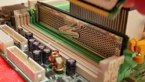 Εγκατάσταση του RAM μνήμης τυχαίας προσπέλασης στη μητρική κάρτα φιλμ μικρού μήκους