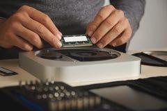 Εγκατάσταση του RAM στον υπολογιστή Στοκ Εικόνα