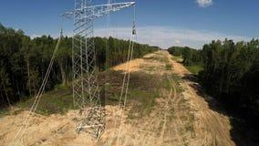 Εγκατάσταση των γραμμών μετάδοσης electricity συρμένο απομονωμένο χέρι λευκό ισχύος γραμμών 96 απόθεμα βίντεο