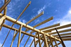Εγκατάσταση των ξύλινων ακτίνων στην κατασκευή η στέγη Στοκ Εικόνα