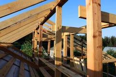 Εγκατάσταση των ξύλινων ακτίνων στην κατασκευή του σπιτιού Στοκ Εικόνα
