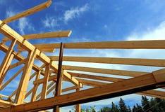 Εγκατάσταση των ξύλινων ακτίνων στην κατασκευή του σπιτιού Στοκ φωτογραφία με δικαίωμα ελεύθερης χρήσης