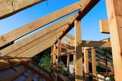 Εγκατάσταση των ξύλινων ακτίνων στην κατασκευή του σπιτιού Στοκ εικόνες με δικαίωμα ελεύθερης χρήσης