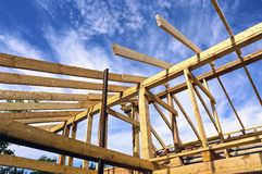 Εγκατάσταση των ξύλινων ακτίνων στην κατασκευή του σπιτιού Στοκ Φωτογραφίες
