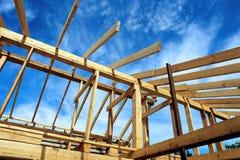 Εγκατάσταση των ξύλινων ακτίνων στην κατασκευή του σπιτιού Στοκ Εικόνες