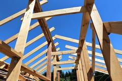 Εγκατάσταση των ξύλινων ακτίνων στην κατασκευή το ζευκτόν στεγών syst Στοκ Φωτογραφίες