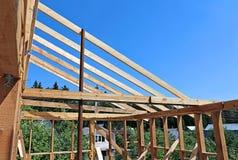 Εγκατάσταση των ξύλινων ακτίνων στην κατασκευή το ζευκτόν στεγών syst Στοκ Φωτογραφία