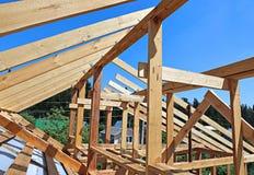 Εγκατάσταση των ξύλινων ακτίνων στην κατασκευή το ζευκτόν στεγών syst Στοκ εικόνα με δικαίωμα ελεύθερης χρήσης