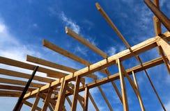 Εγκατάσταση των ξύλινων ακτίνων στην κατασκευή το ζευκτόν στεγών syst Στοκ φωτογραφία με δικαίωμα ελεύθερης χρήσης