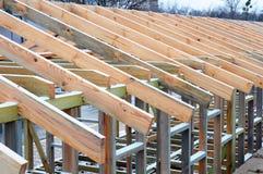 Εγκατάσταση των ξύλινων ακτίνων στην κατασκευή το σύστημα ζευκτόντων στεγών του σπιτιού Στοκ Φωτογραφία