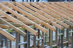 Εγκατάσταση των ξύλινων ακτίνων στην κατασκευή το σύστημα ζευκτόντων στεγών του σπιτιού Στοκ Φωτογραφίες