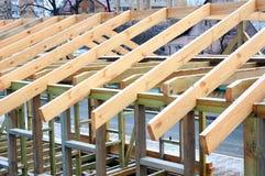 Εγκατάσταση των ξύλινων ακτίνων στην κατασκευή το σύστημα ζευκτόντων στεγών του σπιτιού Στοκ φωτογραφία με δικαίωμα ελεύθερης χρήσης