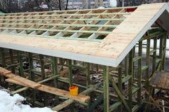 Εγκατάσταση των ξύλινων ακτίνων στην κατασκευή το σύστημα ζευκτόντων στεγών του σπιτιού Στοκ εικόνα με δικαίωμα ελεύθερης χρήσης
