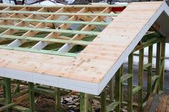 Εγκατάσταση των ξύλινων ακτίνων στην κατασκευή το σύστημα ζευκτόντων στεγών του σπιτιού Στοκ Εικόνες