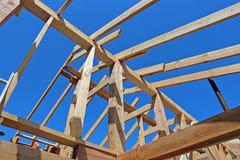 Εγκατάσταση των ξύλινων ακτίνων στην κατασκευή Στοκ φωτογραφία με δικαίωμα ελεύθερης χρήσης