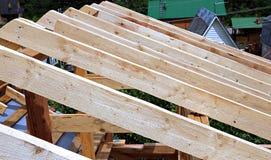 Εγκατάσταση των ξύλινων ακτίνων στην κατασκευή Στοκ Φωτογραφίες