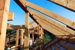 Εγκατάσταση των ξύλινων ακτίνων στην κατασκευή Στοκ εικόνες με δικαίωμα ελεύθερης χρήσης