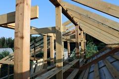 Εγκατάσταση των ξύλινων ακτίνων στην κατασκευή Στοκ εικόνα με δικαίωμα ελεύθερης χρήσης