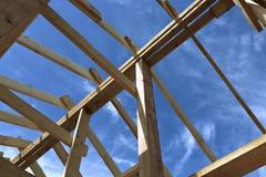Εγκατάσταση των ξύλινων ακτίνων στην κατασκευή Στοκ Εικόνες