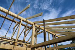 Εγκατάσταση των ξύλινων ακτίνων στην κατασκευή Στοκ Φωτογραφία