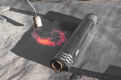 Εγκατάσταση υλικού κατασκευής σκεπής ρόλων με τη λυχνία συγκόλλησης προπανίου κατά τη διάρκεια των οικοδομών στοκ φωτογραφία με δικαίωμα ελεύθερης χρήσης