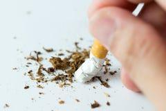 Εγκαταλείψτε την έννοια με το σπάσιμο του τσιγάρου Στοκ φωτογραφία με δικαίωμα ελεύθερης χρήσης