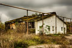 Εγκαταλειμμένα αποθήκη εμπορευμάτων και βιομηχανικά κτήρια και κτήρια Στοκ φωτογραφία με δικαίωμα ελεύθερης χρήσης