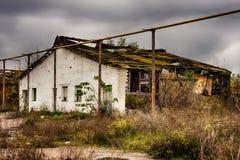 Εγκαταλειμμένα αποθήκη εμπορευμάτων και βιομηχανικά κτήρια και κτήρια Στοκ εικόνες με δικαίωμα ελεύθερης χρήσης